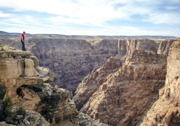 Equilibrista se arriesga a cruzar el Cañón del Colorado sin seguridad