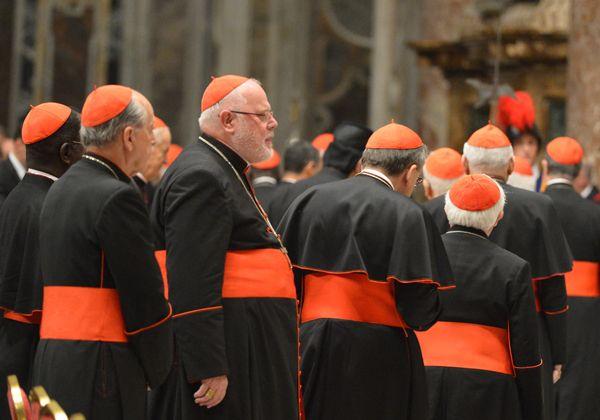 Cardenales mantienen encuentros y se especula con cónclave el lunes