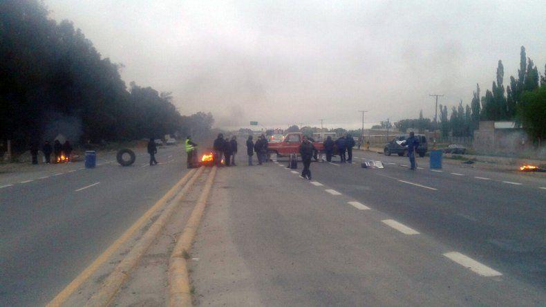 Municipales de Centenario realizan un corte sobre Ruta 7 a la altura del Picadero.