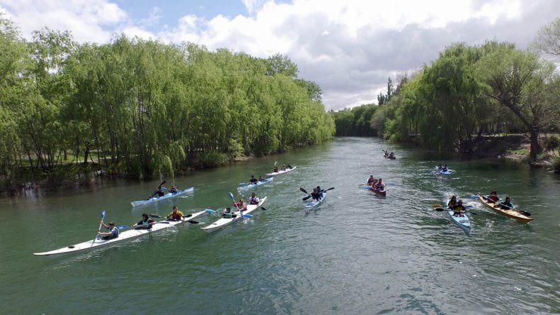 Chicos de escuelas especiales disfrutaron de un paseo en kayak.