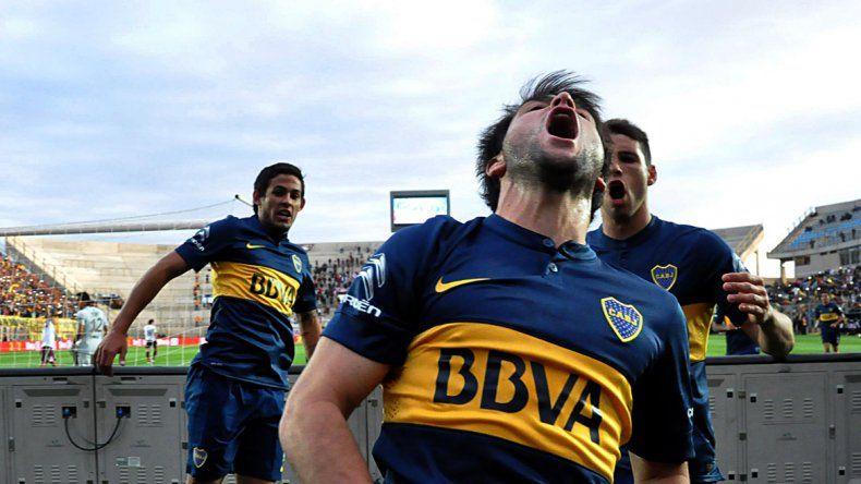 El uruguayo Lodeiro anotó el primer gol de penal. Luego el Apache lo liquidó. Boca se floreó en San Juan.
