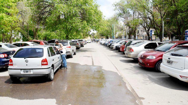 A miles de neuquinos no les queda otra que ir a estacionar a las playas del Parque Central.