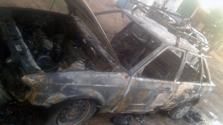 Quemaron dos autos en el barrio Don Bosco III