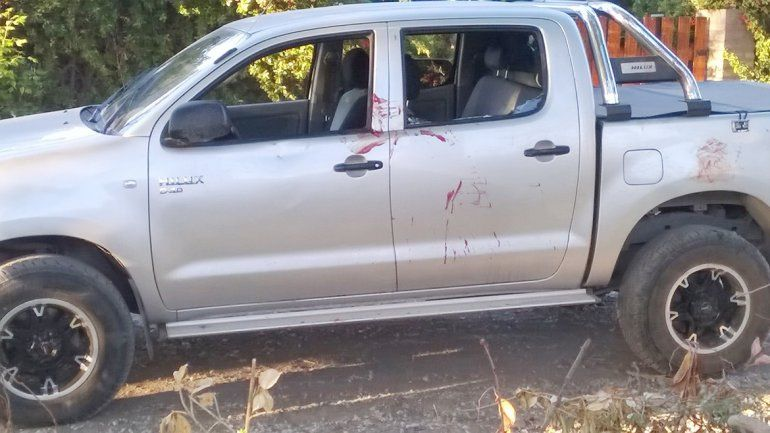 La camioneta Toyota Hilux de la víctima quedó manchada con sangre.