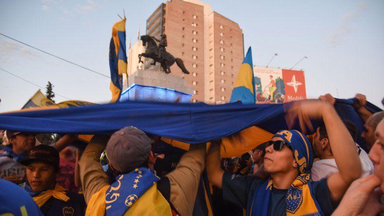 La fiesta azul y oro en el centro de la ciudad copó el monumento.
