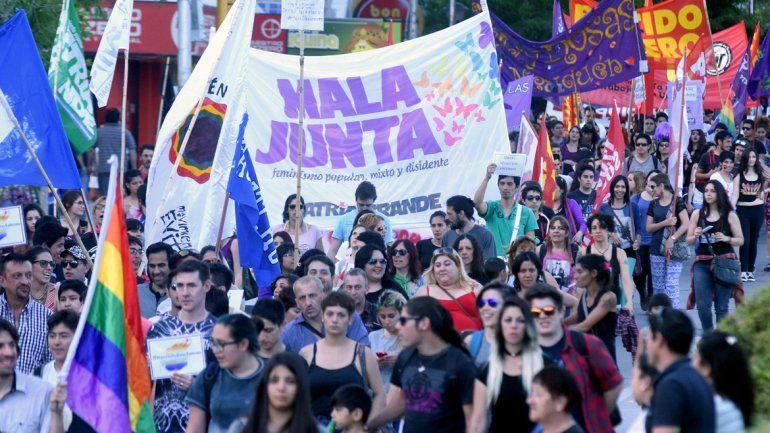 El centro de la ciudad fue el escenario de una colorida movilización ayer por la tarde. Se sintió fuerte el reclamo de reforma de la ley antidiscriminatoria.