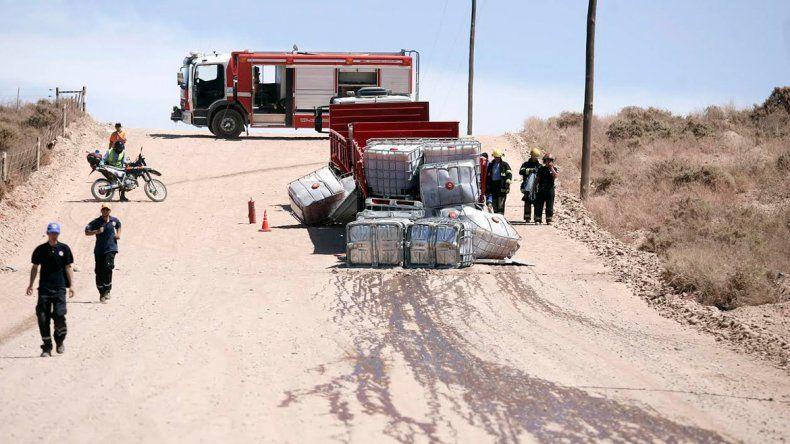 Por esquivar el piquete en la Ruta 7, un camión volcó una carga de 10 mil litros de un producto químicos para el petróleo