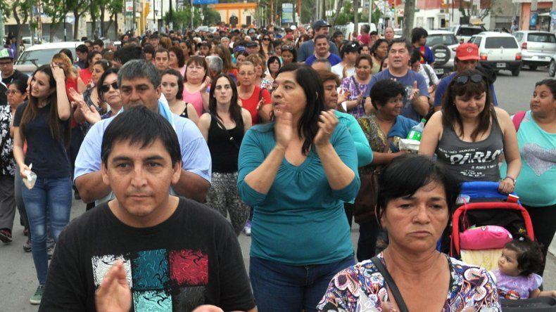 Los trabajadores y vecinos marcharon por las calles.