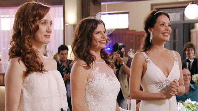 La telenovela Avenida Brasil dedicó un capítulo a la boda de un trío.