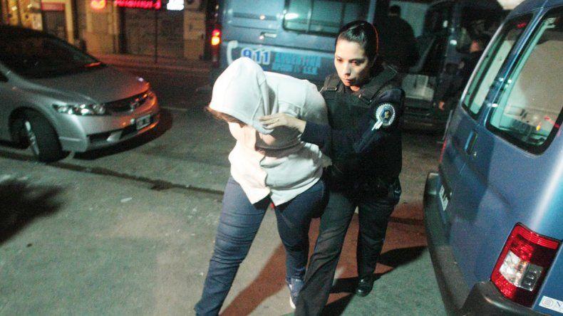 La presunta madre mientras era trasladada para que le realizaran pericias.