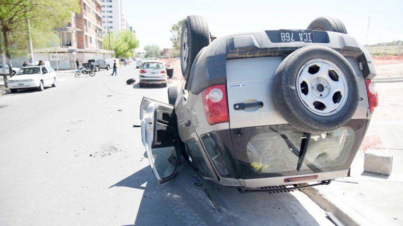 La camioneta volcó sobre Leloir. El adolescente salió despedido y golpeó muy fuerte en la vereda de la Ciudad Judicial