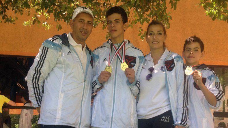 Hugo y José Luis Acuña junto a sus entrenadores en el Mundial de Taekwondo de México.