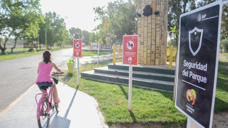 La gente que concurre al parque debe saber que no puede ingresar con motos ni alcohol ni animales. En el lugar hay una calesita y un patinódromo