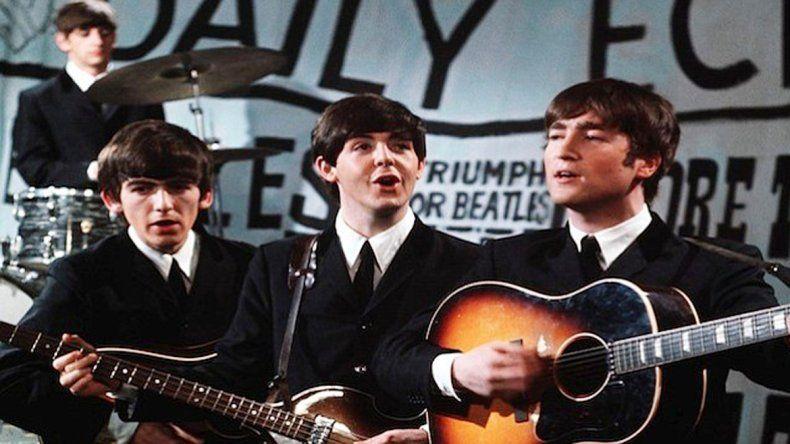 Lennon junto a la Gibson J-160E que le robaron en 1963.