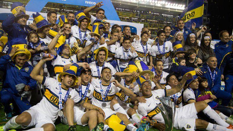 De fiesta en fiesta. El Xeneize levantó el trofeo por el título local y en la Copa Argentina. A full con el 20.