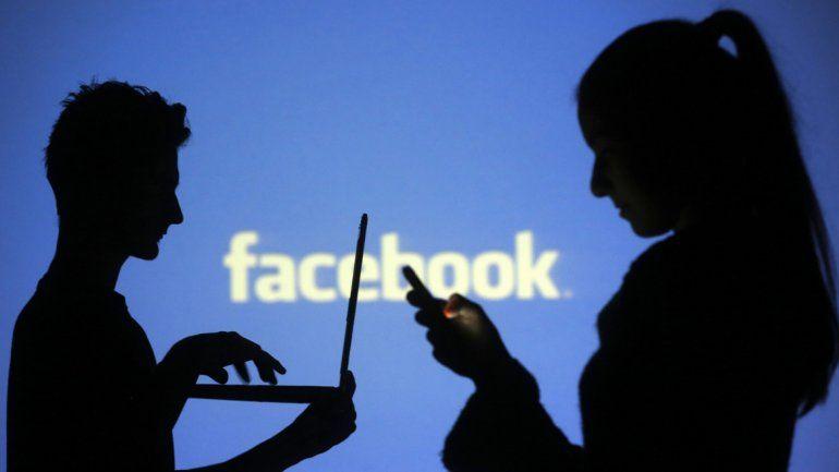 Facebook decide qué anuncios te muestra a partir de tu comportamiento en la red social. Es vendiendo anuncios como gana dinero la plataforma más popular de internet.