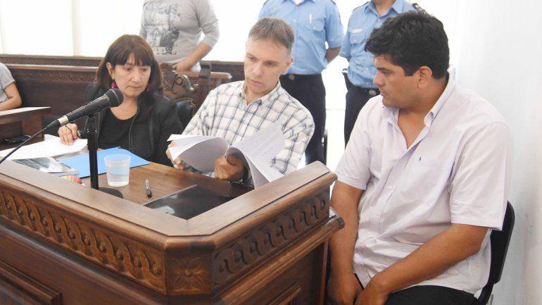 El policía (derecha) escuchó la acusación acompañado de su defensor.