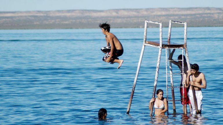 Los vecinos de Cinco Saltos defienden con orgullo su lago Pellegrini.