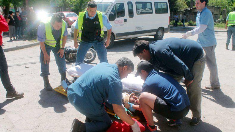 La motociclista resultó con politraumatismos y heridas leves.