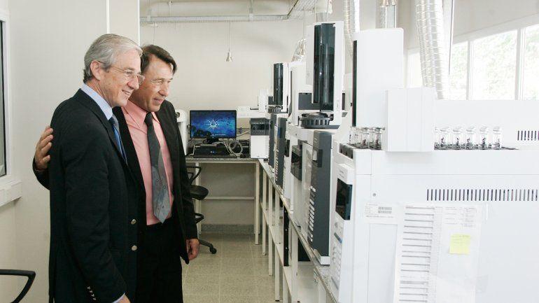 El ministro Bertoya estuvo en la sede del organismo que verifica las muestras.