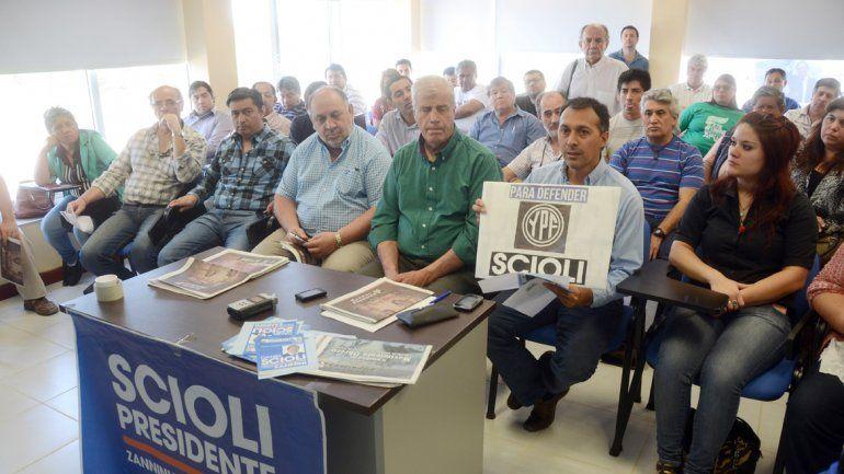 Los representantes de 27 gremios respaldaron al candidato del FpV.