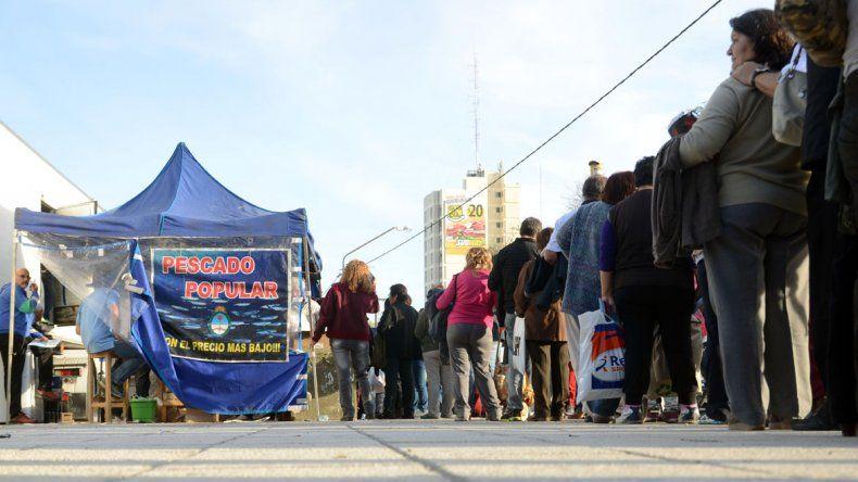 Largas filas para comprar el Pescado Popular en Neuquén.