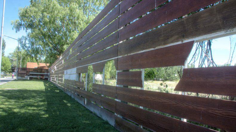 Desde el municipio analizan cambiar las placas por material antivandálico.