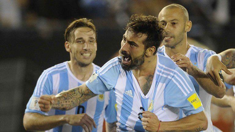 El Pocho Lavezzi festeja el gol argentino.