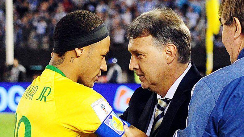 Martino y Neymar se saludaron afectuosamente en la previa. El Tata lo dirigió en su paso por el Barcelona.
