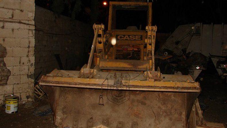 La pala cargadora del municipio: la desmantelaron y le faltaban piezas.