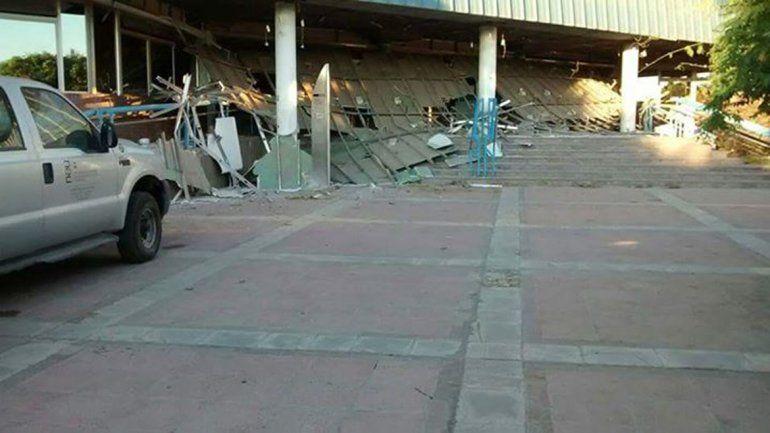 La pesada estructura se desplomó el viernes. Dicen los peritos que pudo haber sido a causa del viento.
