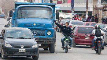 En la capital, muchos eligen circular en motos. Es una forma ágil para trasladarse por las calles colapsadas.