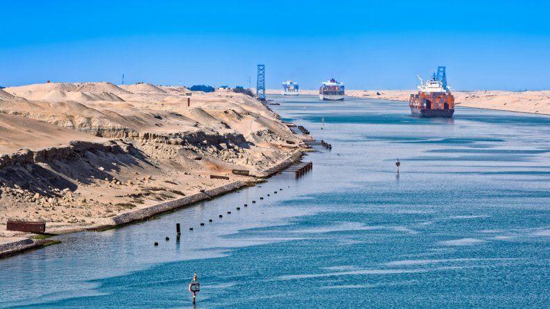 El canal de Suez se inauguró para el paso comercial de los buques el 17 de noviembre de 1869.