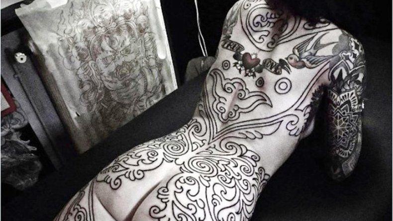 Candelaria Tinelli viajó a Francia para hacerse un gigantesco tatuaje que abarca toda la espalda y parte de las piernas.
