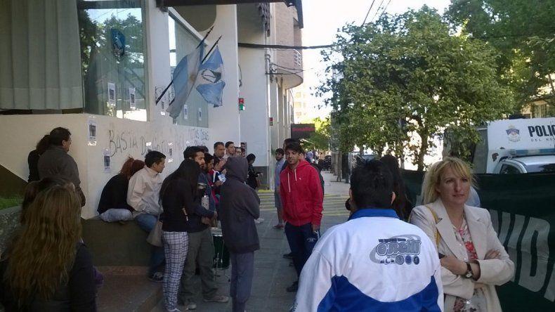 Familiares de la nena abusada en Rincón esperan afuera de Tribunales.