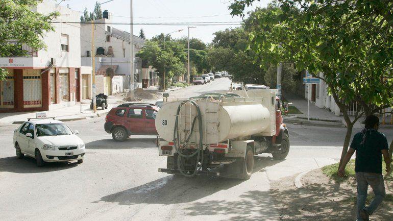 Los camiones salen a cada rato de los cargaderos rumbo a los barrios en los que falta el agua o hay baja presión.