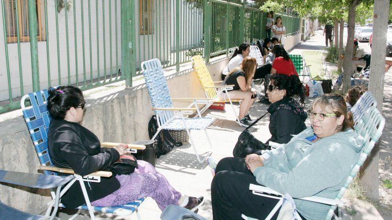 Con reposeras y al sol esperan en Centenario.
