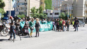 Durante la audiencia del miércoles en Neuquén hubo reclamos en la calle.