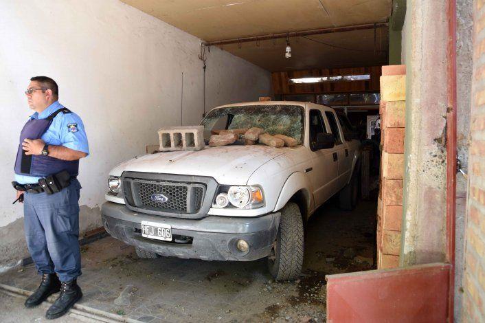 La camioneta del acusado terminó con importantes daños.