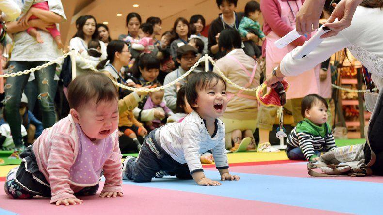 Las madres hicieron de todo para estimular a los bebés gateadores.