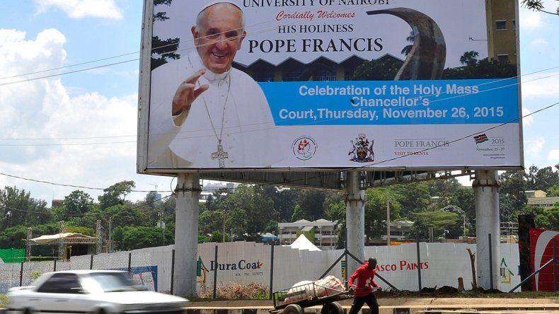 Un cartel en Kenia anuncia la vista del papa Francisco. El viaje incluye la República Centroafricana y Uganda.