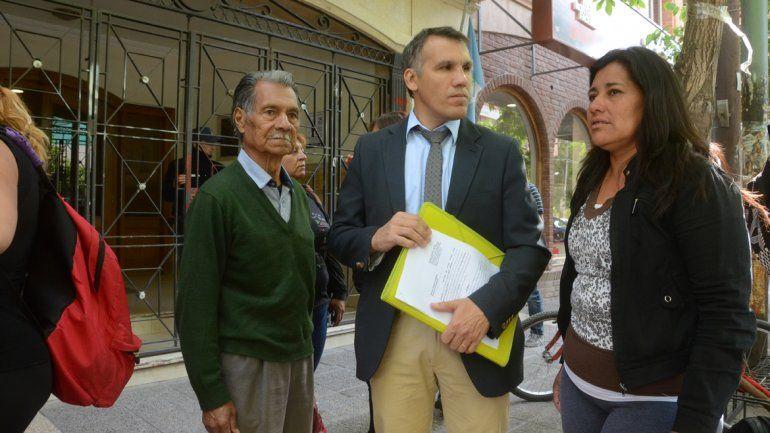 Familiares del joven desaparecido junto a su abogado defensor.