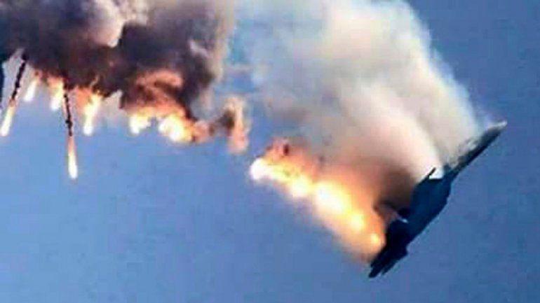 El Su -24 cuando caía luego de ser alcanzado por un misil aire-aire turco.