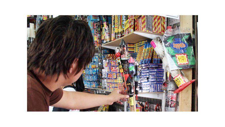 Pese a la prohibición, comerciantes hacen el trámite para vender pirotecnia