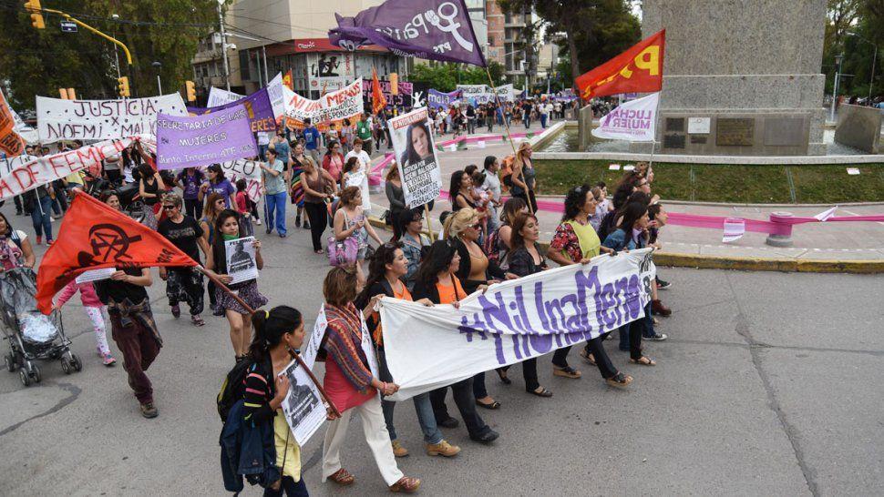 {altText(Marcha contra la violencia de género., #NiUnaMenos: multitudinaria marcha en Neuquén contra la violencia de género)}