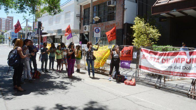 Familiares y amigos de la víctima se manifestaron en calle Yrigoyen.