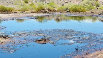 Se rompió un ducto en Chihuido de la Sierra Negra y se derramó agua y petróleo.