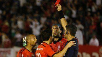 Eluruguayo vio la roja luego de golpear a un alcazapelotas en la semifinal de la Sudamericana.