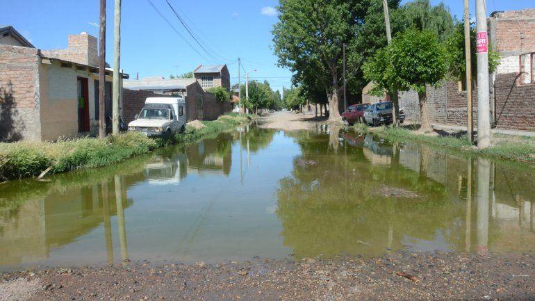 En la esquina de Lanín y Colihue hay una laguna de desperdicios cloacales.