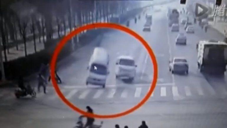 Tres autos levitan y asustan a los traseúntes.